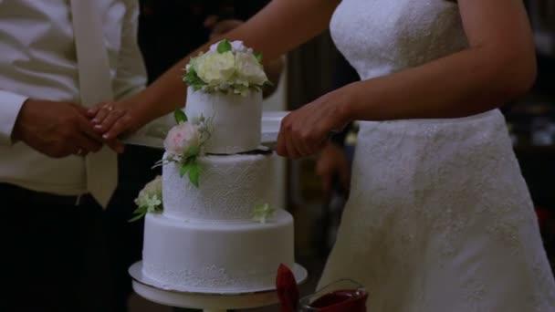Vőlegény és menyasszony vágott az esküvői torta