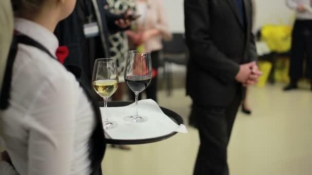 Číšníku, drží tác s sklenic vína