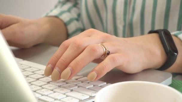 Detailní záběry ženy ruce psaní na notebook v kanceláři