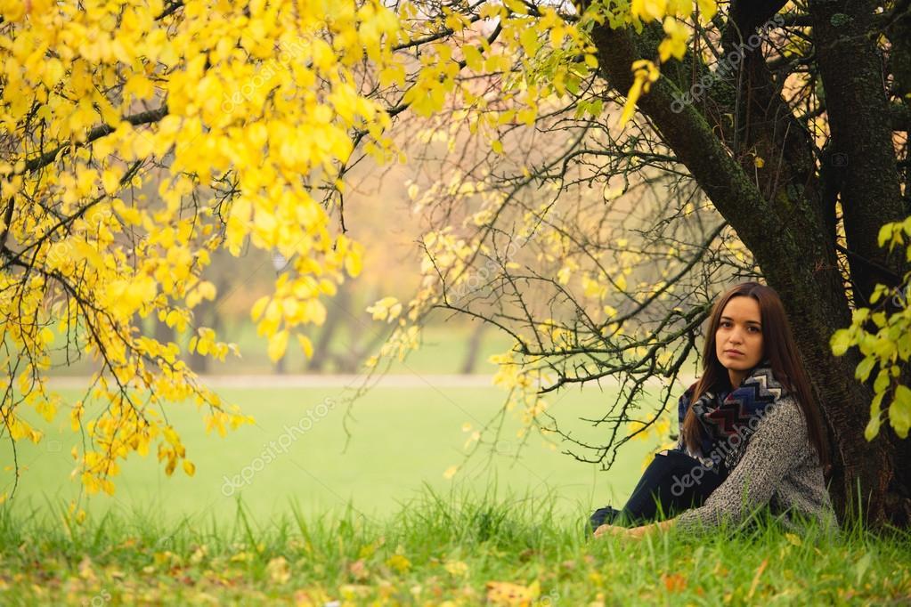 femme solitaire qui reste sous l 39 arbre pr s de l 39 eau dans. Black Bedroom Furniture Sets. Home Design Ideas