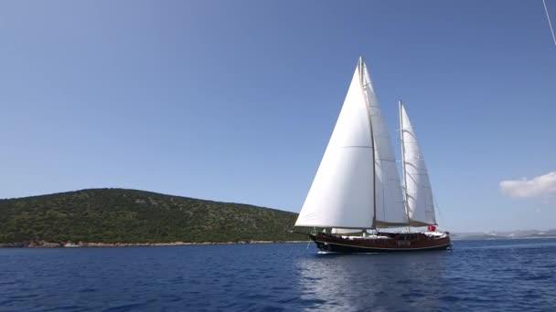 Jacht vitorlázás a tengeren