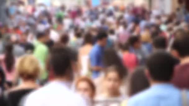 İnsanlar içinde Istiklal Caddesi yürüyüş
