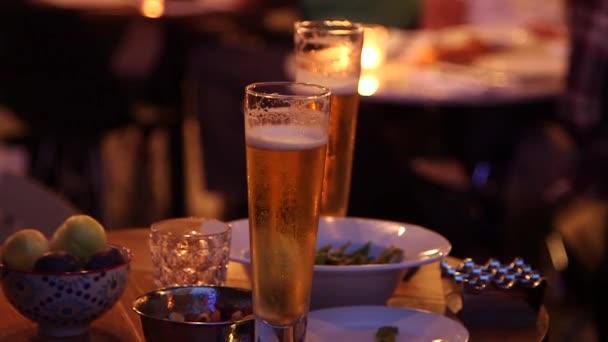 Přátel pít pivo v baru
