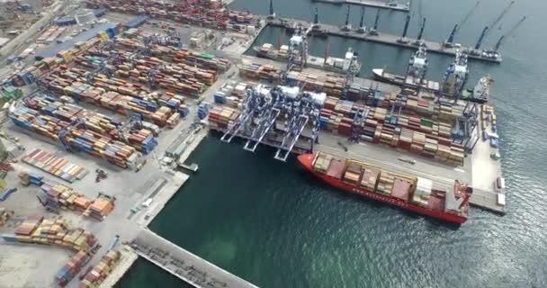 Nákladní lodní dopravy v přístavu
