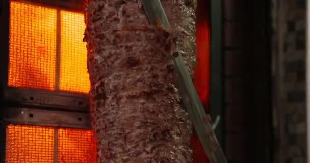 Muž, řezání A plátek Kebab