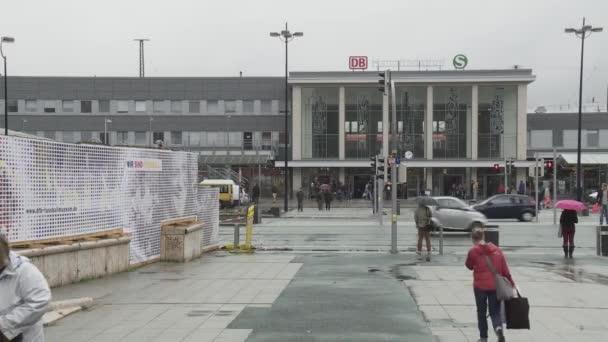 Menschen gehen in Dortmund spazieren