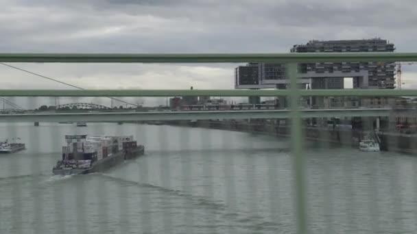 Containerschiff am Fluss