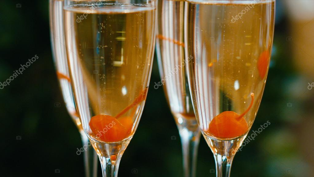 Шестой прямой эфир (Суперфинал и гала-концерт) - 29 декабря - Страница 4 Depositphotos_101277570-stock-photo-sparkling-champagne-flutes-on-tray