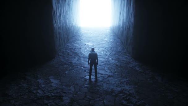 Ein einsamer Mann steht vor einem Lichtportal. Realistische 4k-Animation.
