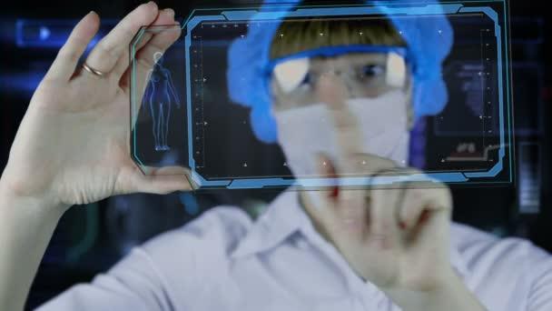 Arzt mit futuristischem Hud-Screen-Tablet. Zellteilung. medizinisches Konzept der Zukunft