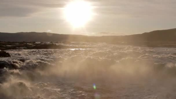 sole di fiume e tramonto tempestoso montagna davanti