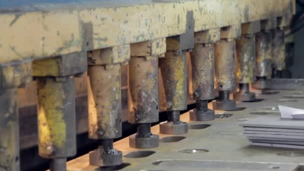 člověk pracuje na kovový lis na tovární detail