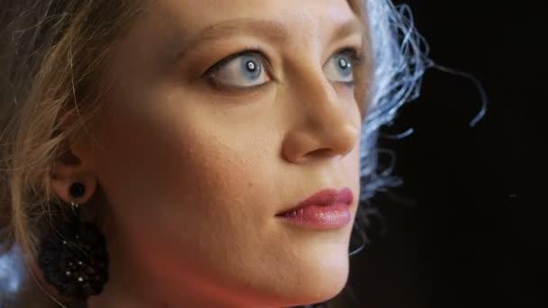 hezká blondýnka s modrýma očima vzhlédl, usměvavý, detail