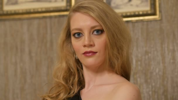 Schöne Blondine Mit Langen Offenen Haaren Und Großen Blauen Augen
