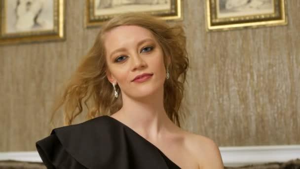 blondinka-tantsuet-pered-kameroy-porno-foto-almaz