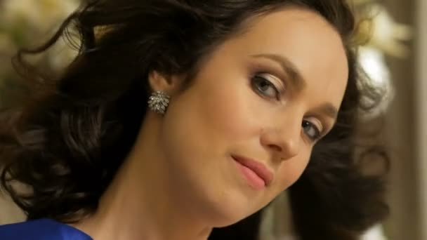 winken, dunkle Haare und braune Augen hübsches junges Mädchen, Blick in die Kamera, lebendige Make-up