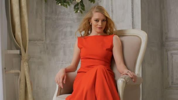 hosszú vörös ruha, a haj ventilátorból öltözött csinos nő