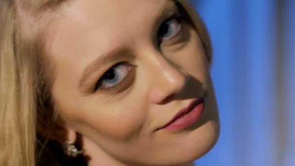 Nahaufnahme des Gesichts von schöne junge Blonde, Blick in die Kamera spielerisch, Lächeln