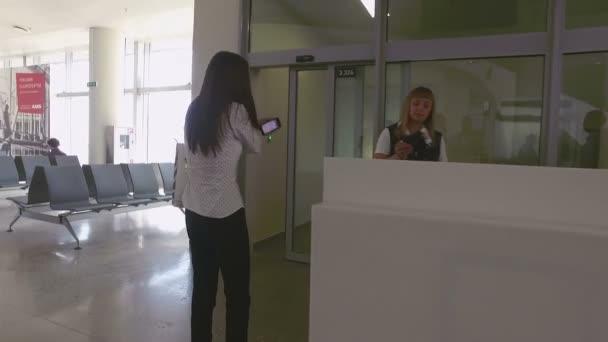 žena jde do brány a fotoaparát létají letadla