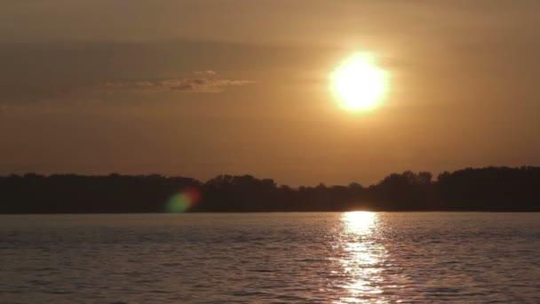 západ slunce na řece - právo frame.mov