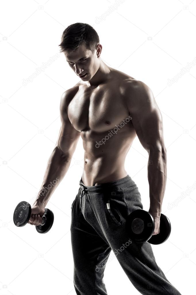 Starker athletischer Mann mit muskulösen Körper mit Hanteln ...