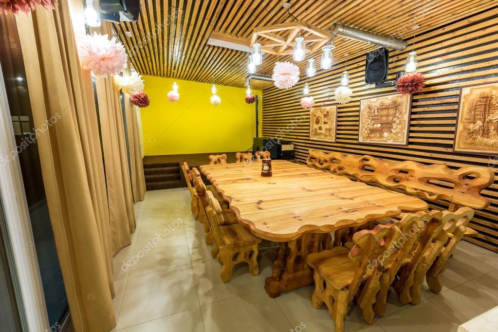 Grote Houten Tafels : Handgemaakte grote houten tafel en stoelen op de marmeren vloer