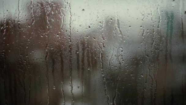 Kapky v dešti na pozadí bokeh