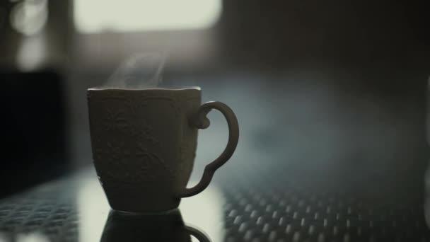 Ráno čaj nebo káva v šálku