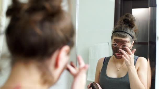 Fiatal nő arc chocotate maszk