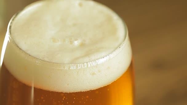 pivní bubliny ve sklenici