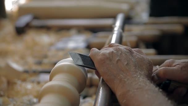 Herstellung eines traditionellen Spielzeugs auf einer Drehmaschine