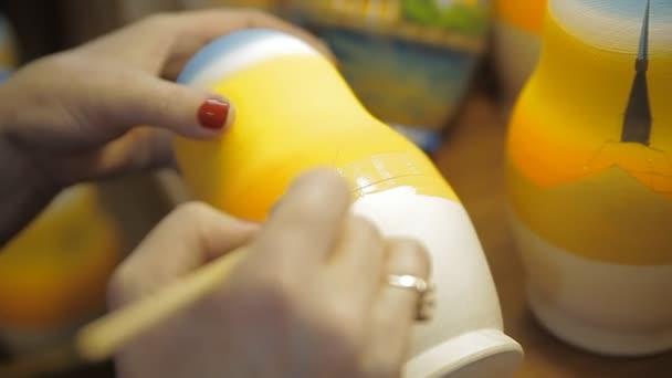 Ulusal Bir Rus Oyuncak Bebek Boya Ve Fırça Ile Boyama Stok Video