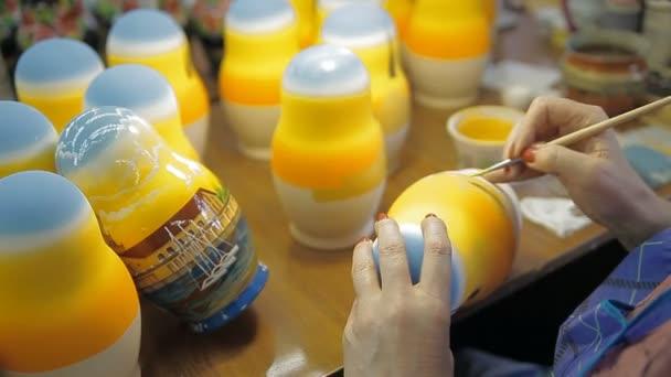 Jiné-Oprava ohrad, tradiční hračky s barvy a štětce