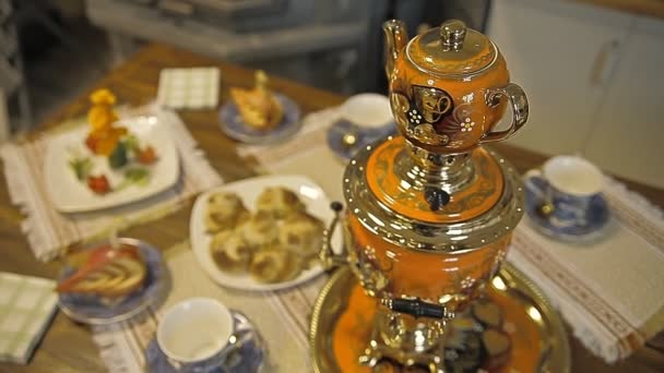 Tisch mit Süßigkeiten. Samowar mit Tee und Kuchen