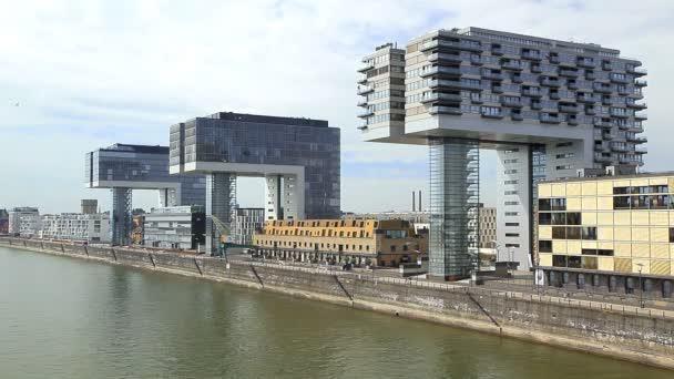 Schöne Gebäude nahe dem Fluss in Köln