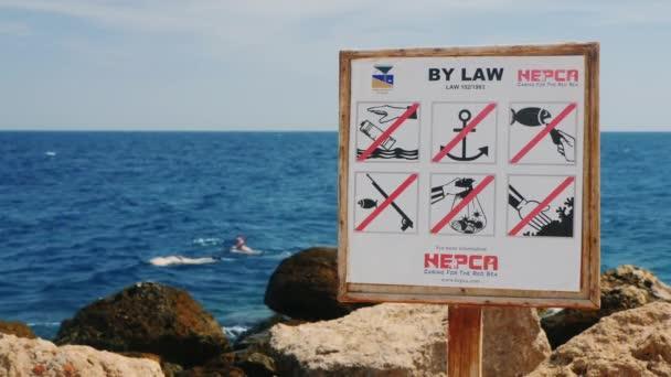 Hurghada, Egypt - 25 únor 2016 deska s pravidly chování v Rudém moři