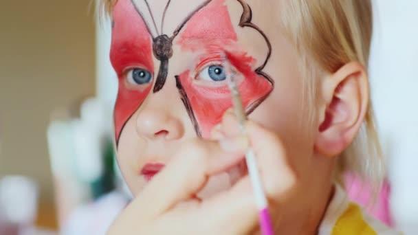 A lány alkalmazott egy ünnepi smink formájában a pillangók