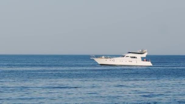 Luxusní bílé jachtě plovoucí v moři v Rudém moři