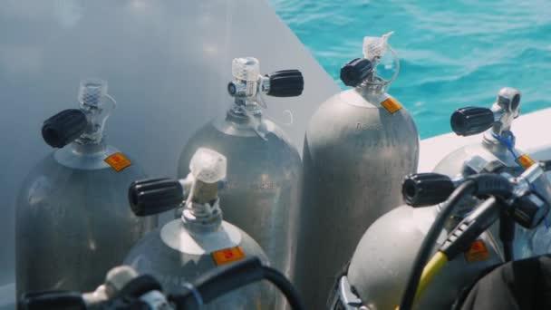 Lahve se stlačeným vzduchem pro potápění na plovoucí loď