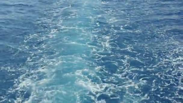 Voda, pěna za lodí