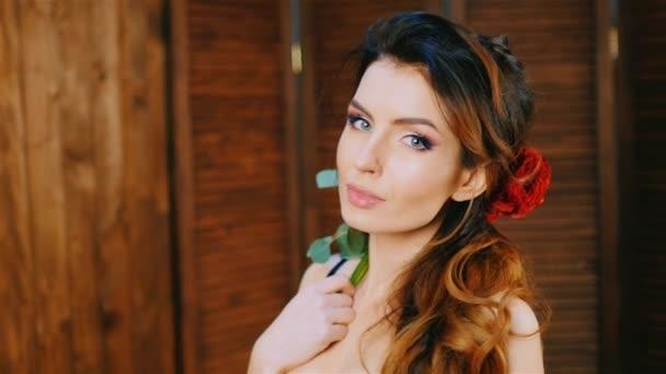 krásná žena s květinou ve vlasech