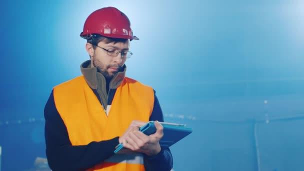 3 video: tvůrce nebo inženýr v helmě pracovat s tabletem