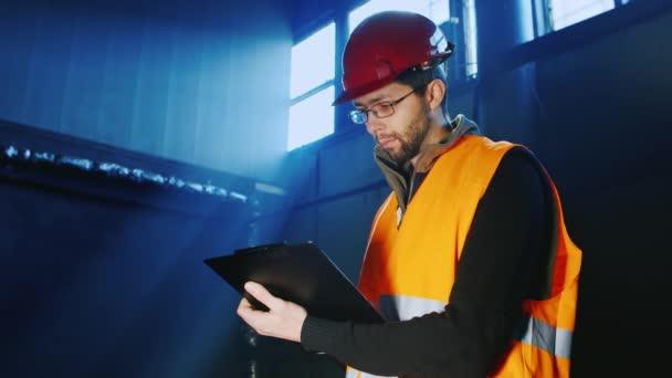 Porträt eines Ingenieurs mit Helm: Es funktioniert mit dem Tablet