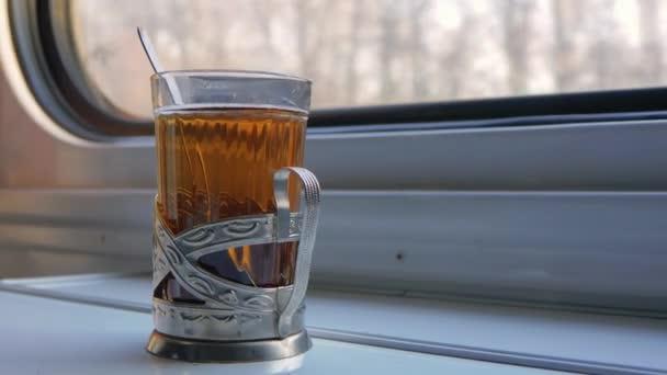 Cestování vlakem, je šálek čaje u okna, vlak jede rychle