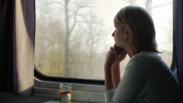 """Resultado de imagen de mujer mirando ventana  tren"""""""