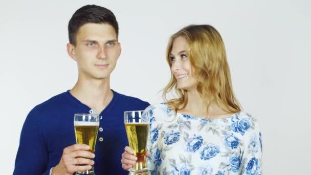 Muž a žena s pivní sklenice na bílém pozadí