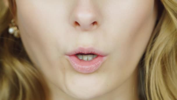 The lips of a young woman pronounce the English words - English Phonetics. To count from one to ten English