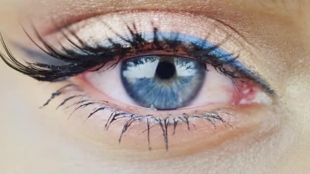 Oko mladé ženy s modrýma očima, při pohledu přímo
