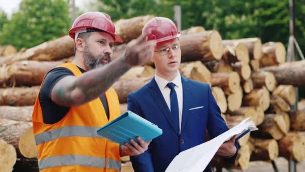 Stavební dělník s tabletu a inženýrství s plány diskutovat o projektu