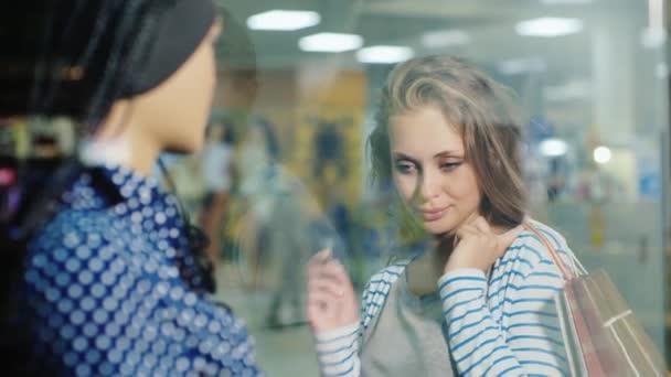 Jistý začít nakupovat. Mladá žena s platební kartou v obchodě prezentace oblečení